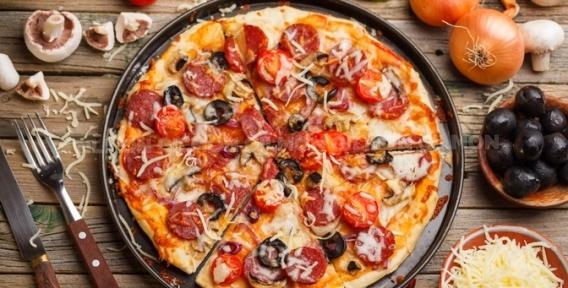 """Горячая, вкусная и сытная пицца от ресторана доставки """"Пиццулька"""".  Упомидорено, засырено и зеленью посыпано!"""